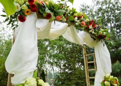 Arcada de flori la cununie in gradina