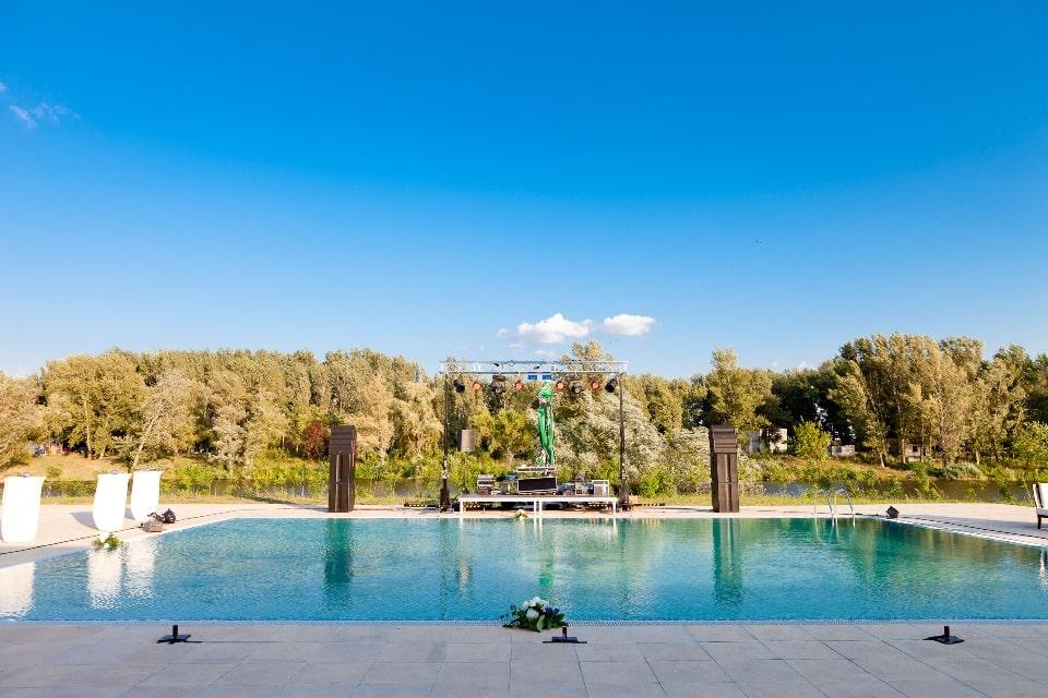 nunta la piscina intr-o zi cu soare