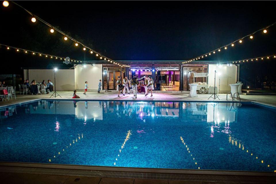 nunta la piscina noaptea