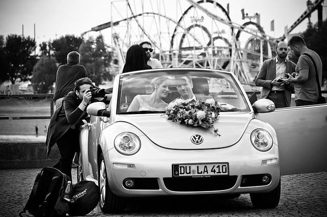 masina de nunta cu tineri casatoriti