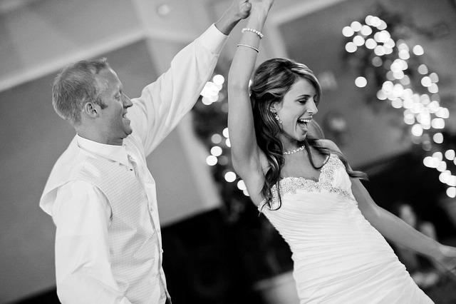 cuplu de tineri casatoriti care danseaza