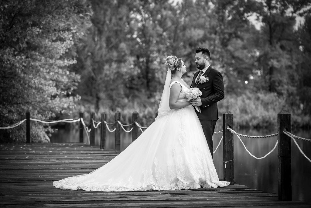 sedinta foto de nunta pe lac alb negru